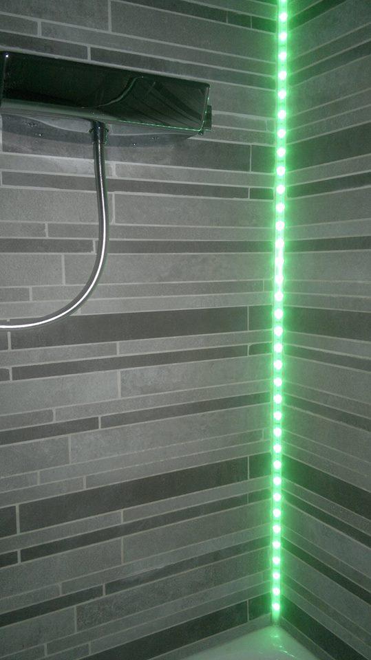 Mise en valeur d'une douche avec éclairage RGB